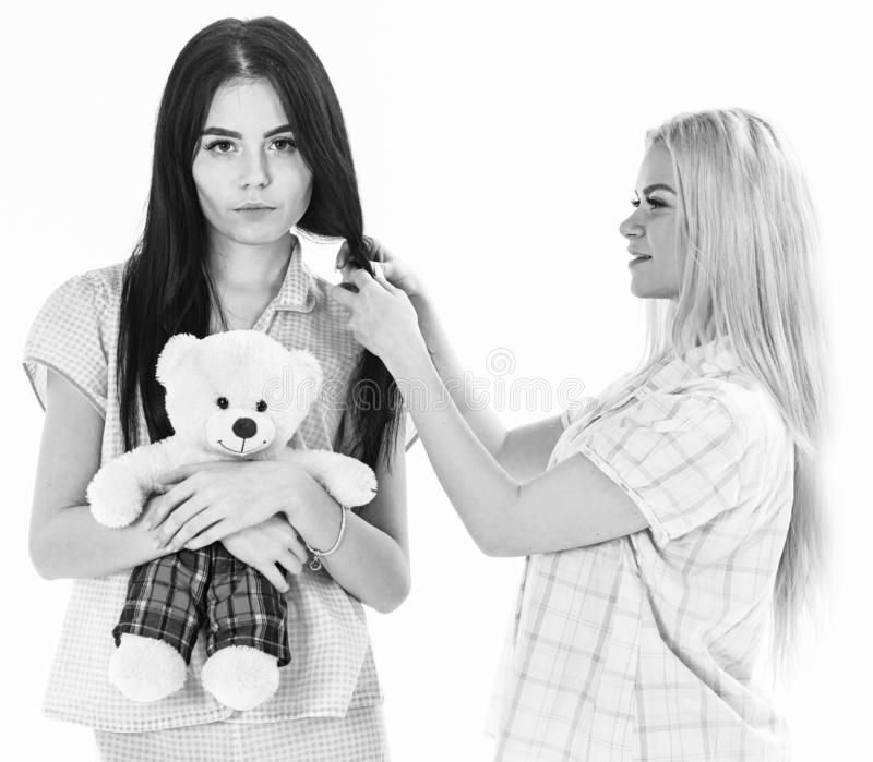 Meisjesachtig vrije tijdsconcept Zusters, beste vrienden die in pyjama's vlecht, kapsel maken elkaar Dames op het glimlachen gezi royalty-vrije stock fotografie