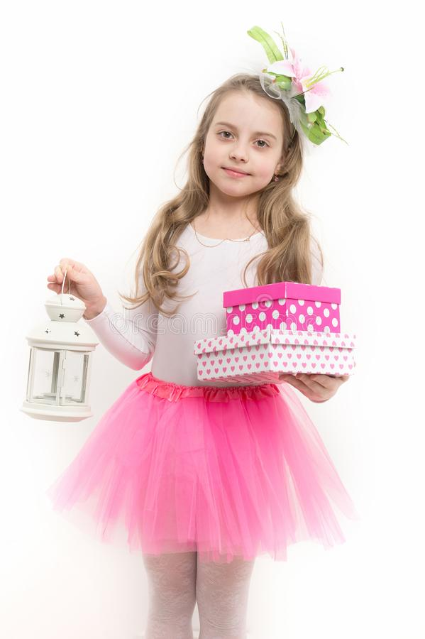 Meisjesballerina in roze de greeplantaarn en dozen van de roktutu stock foto