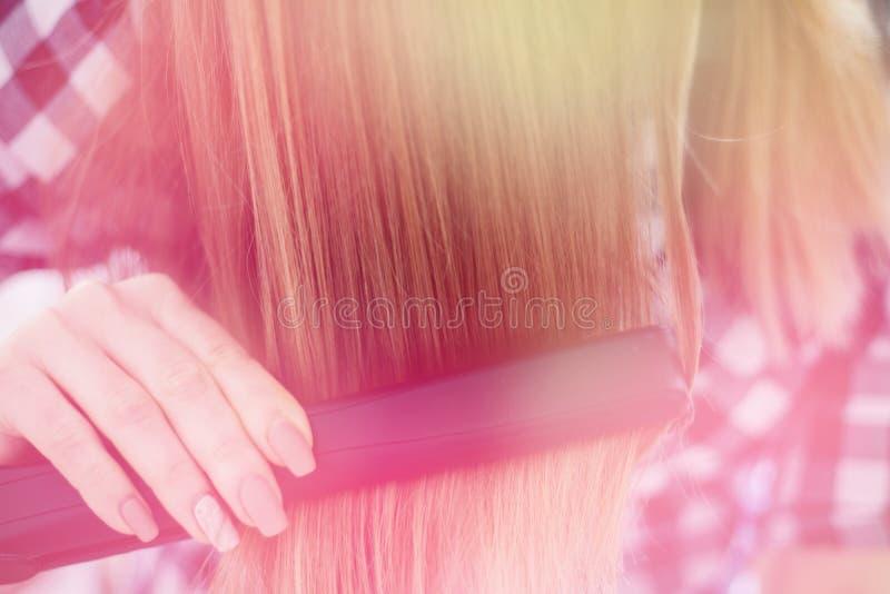 Meisjesbezinning in de spiegel, die de haarkapper, het lichte stemmen maakt stock foto's