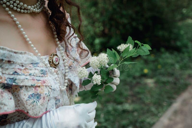Meisjesbruid die een bloem houden stock foto's