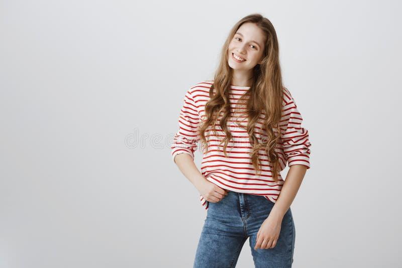 Meisjesdromen om manier te worden blogger Portret van jonge mooie blonde student, het stellen, het houden van hand op heup en het stock afbeeldingen