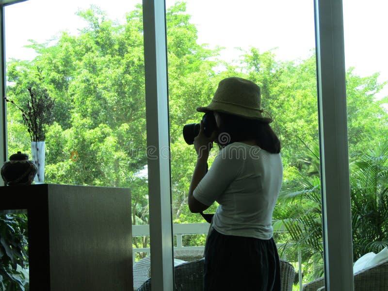 Meisjesfotograaf met cameraspruiten in hotel royalty-vrije stock foto