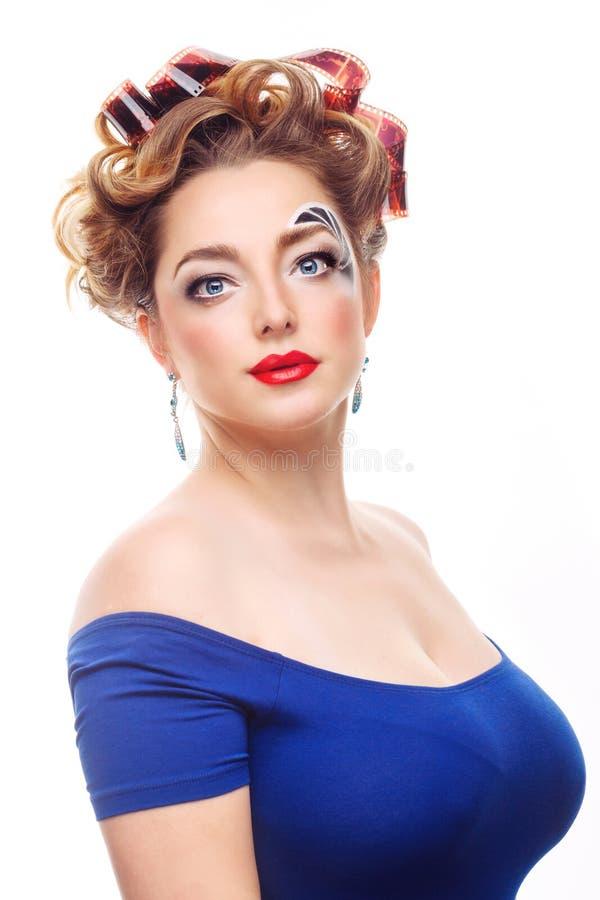 Meisjesfotograaf met een creatief make-up en een kapsel stock foto