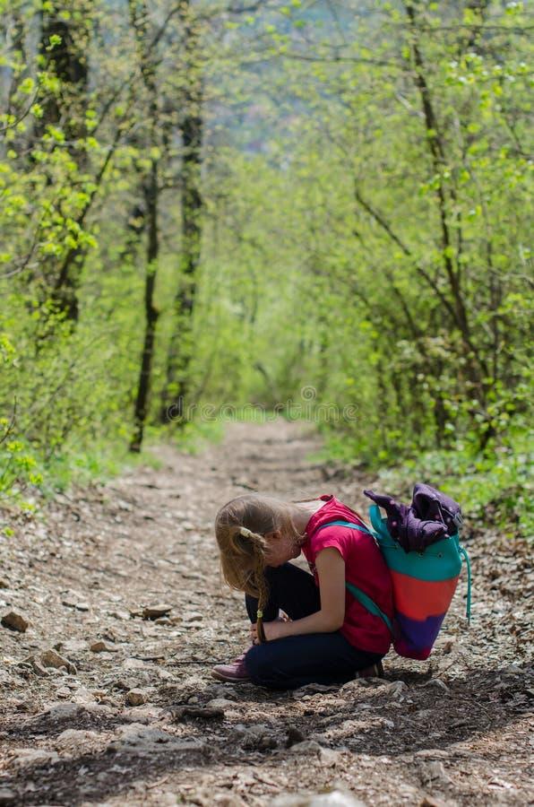 Meisjesgang of stijging door het bos in de vroege lente royalty-vrije stock foto's