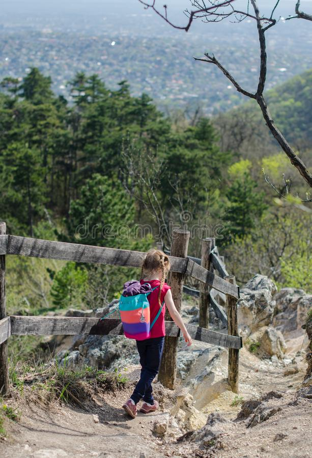 Meisjesgang of stijging door het bos en de rotsen in de vroege lente royalty-vrije stock afbeeldingen