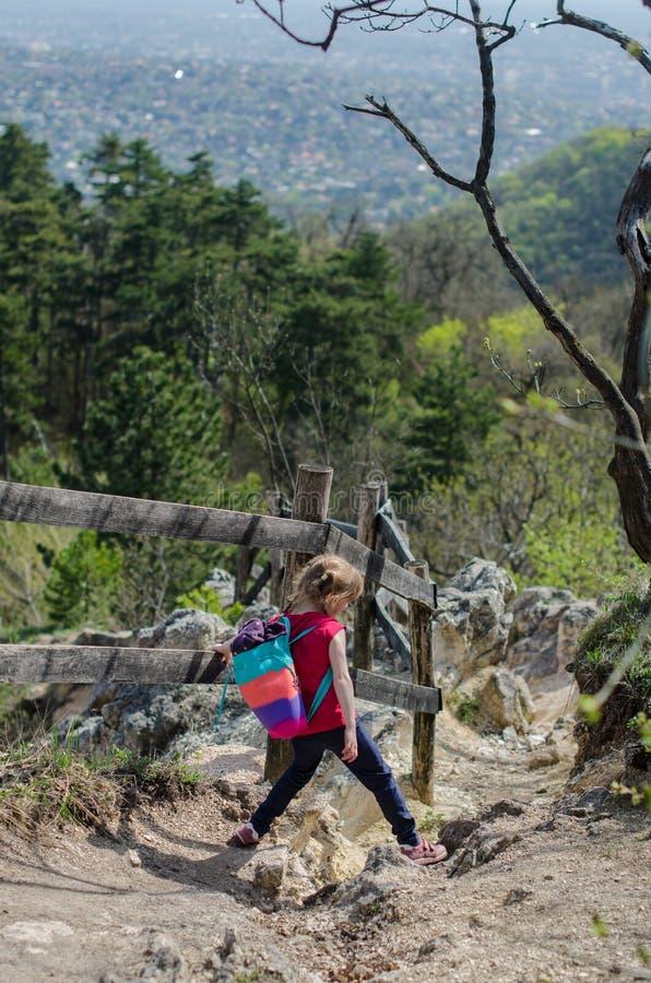 Meisjesgang of stijging door het bos en de rotsen in de vroege lente royalty-vrije stock foto
