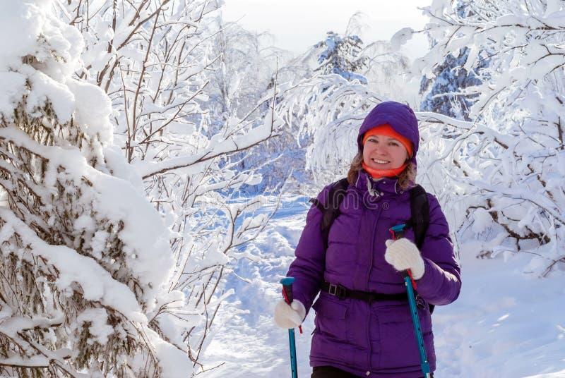 Meisjesgangen in het de winterbos stock foto