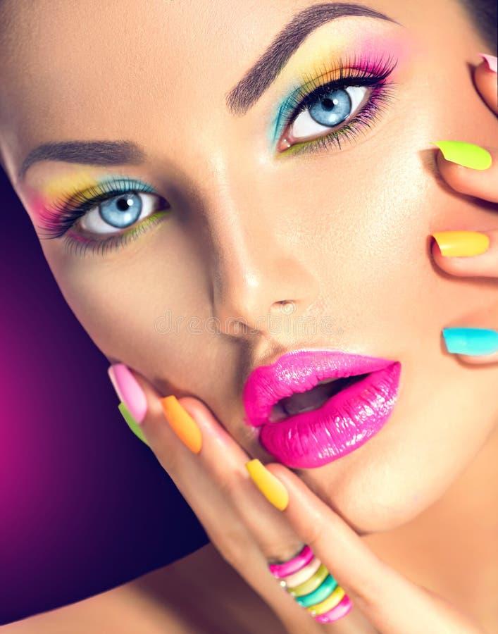 Meisjesgezicht met levendige make-up en kleurrijk nagellak royalty-vrije stock fotografie