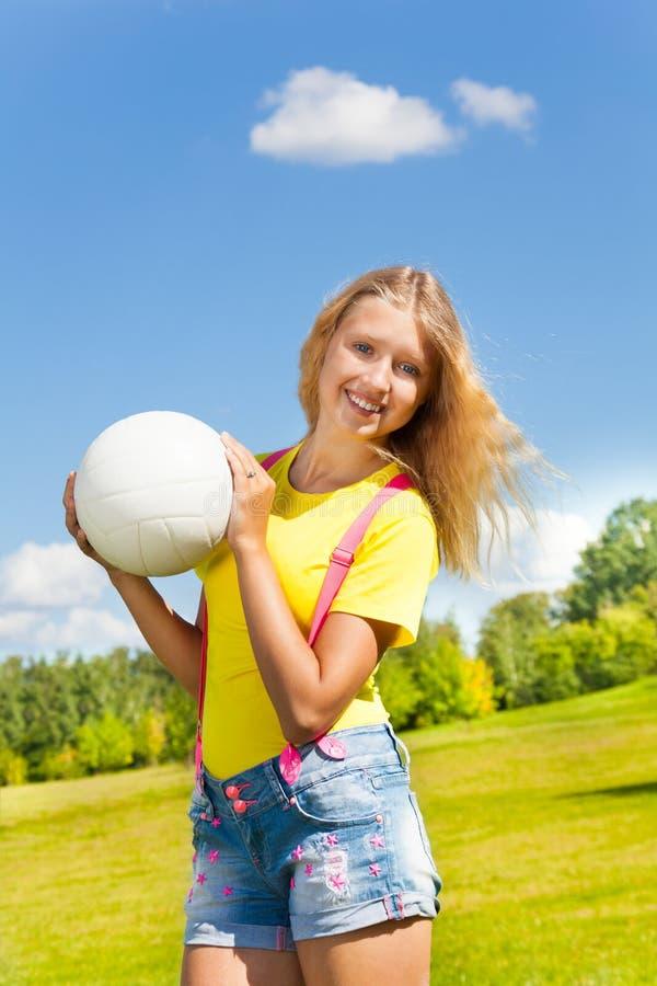 Meisjesgreep de bal stock foto
