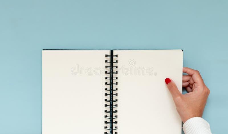 Meisjeshand met lege laptop Inspirerend beeld om resoluties en aspiraties te plannen Kopieerruimte stock foto's