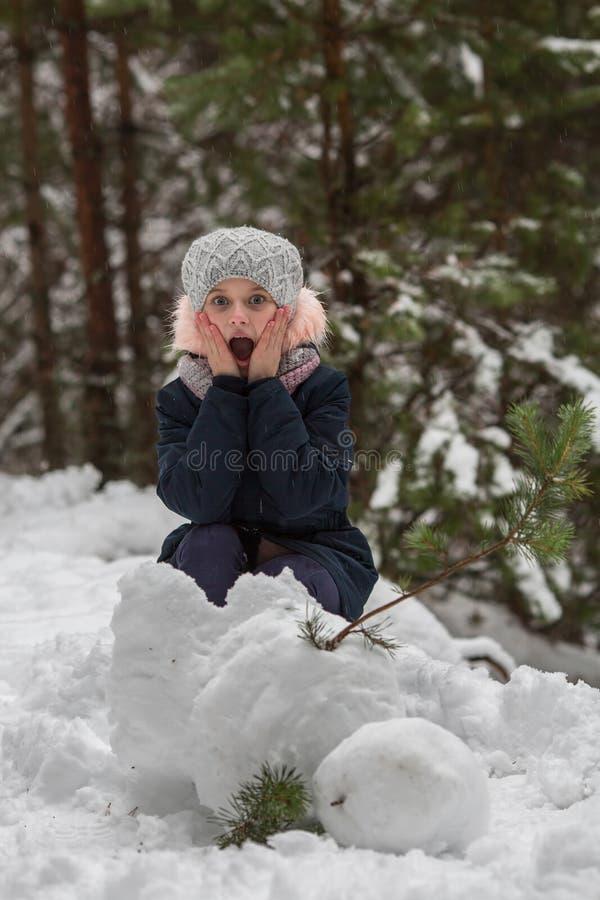Meisjeskind en een sneeuwman De dynamische modellering van het karakter stock afbeeldingen