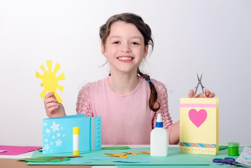 Meisjesknipsel een document zon stock foto