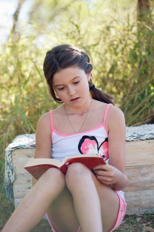 Meisjeslezing royalty-vrije stock afbeeldingen