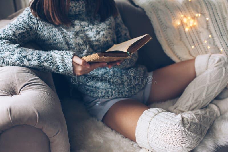 Meisjeslezing en het ontspannen op een laag royalty-vrije stock foto