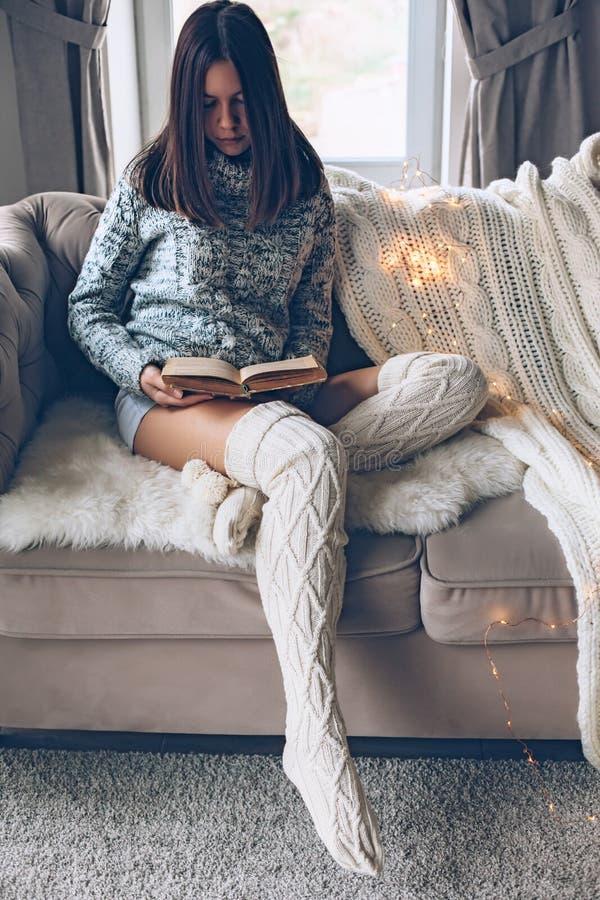 Meisjeslezing en het ontspannen op een laag stock afbeeldingen
