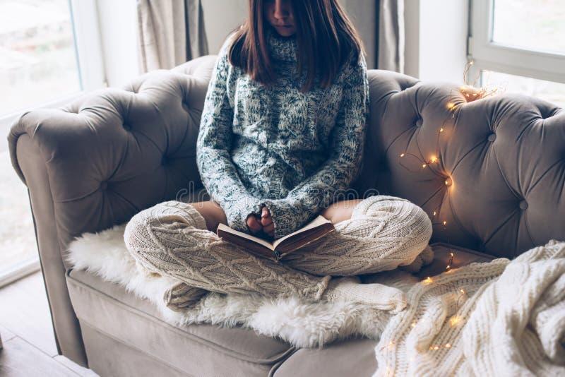 Meisjeslezing en het ontspannen op een laag stock fotografie