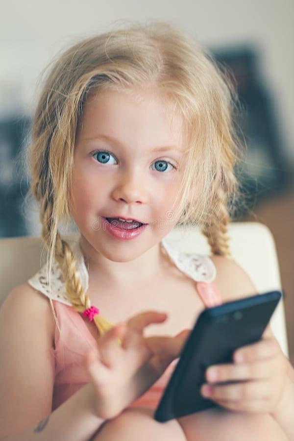 Meisjesmartphone stock fotografie