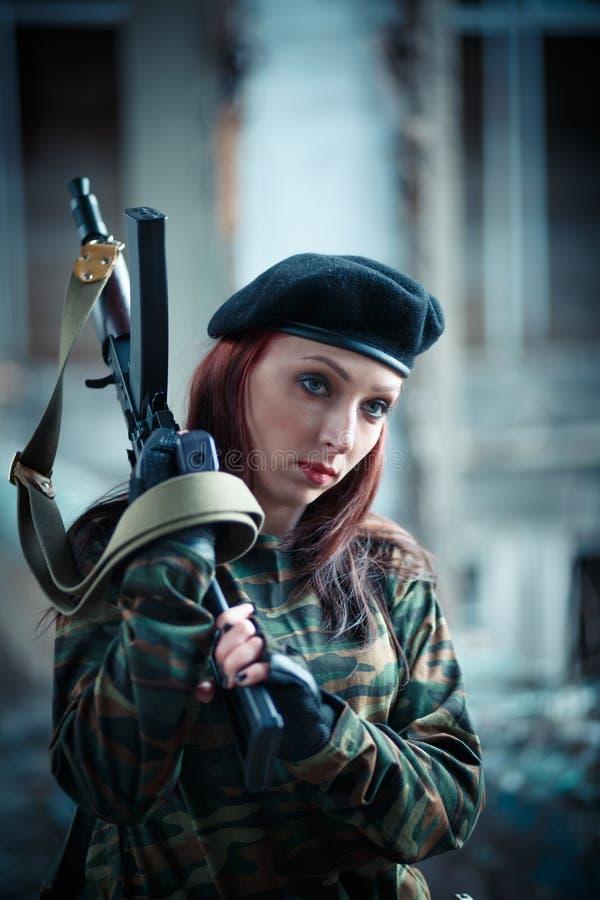 Meisjesmilitair in eenvormig Het meisje in de zwarte baret Camouflaget-shirt op het meisje royalty-vrije stock afbeeldingen