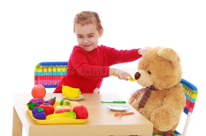 Meisjespelen met een teddybeer royalty-vrije stock fotografie