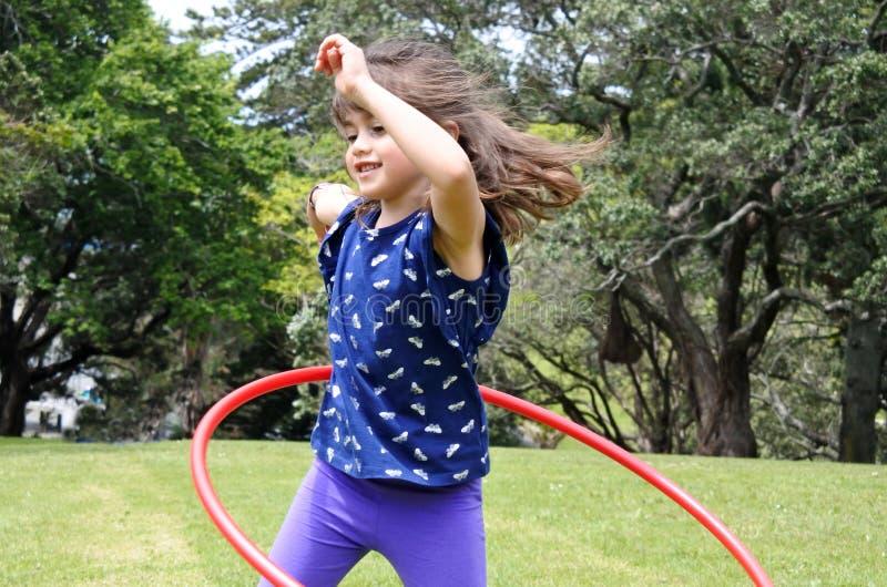 Meisjespelen met Hula-Hoepel stock afbeeldingen