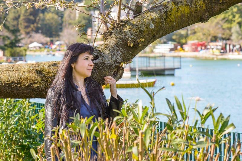 Meisjesportret bij een meer in Rome royalty-vrije stock foto's