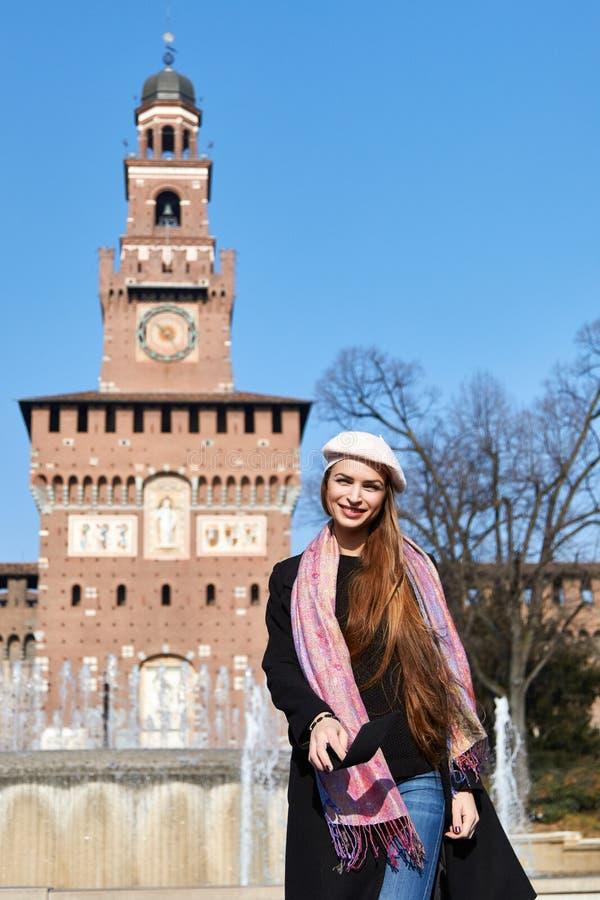 Meisjesportret voor Castello Sforzesco in Milaan Italië op een zonnige dag royalty-vrije stock foto's