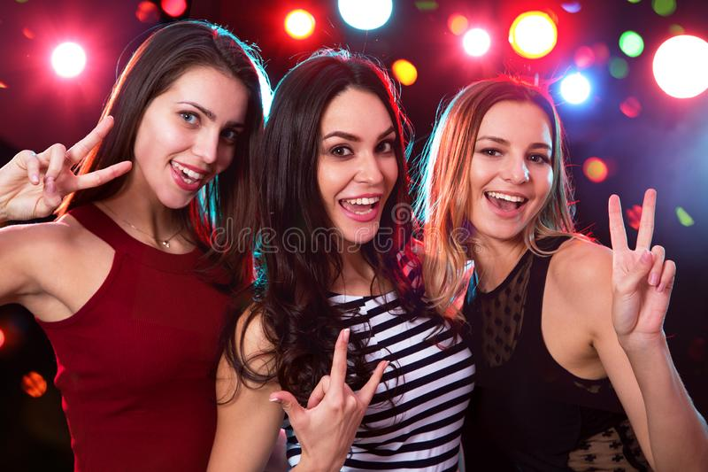 Meisjespret het stellen bij een partij royalty-vrije stock foto's