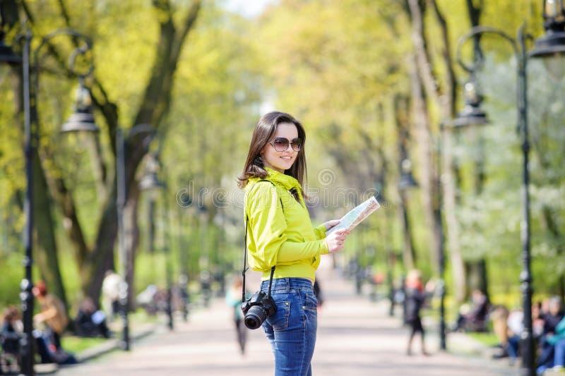 Meisjesreizen met een in hand kaart royalty-vrije stock afbeeldingen