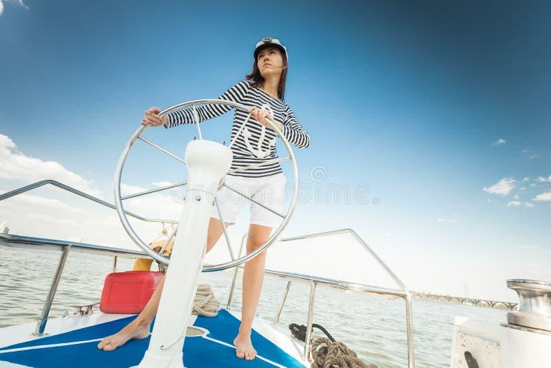 Meisjesroer van een jacht royalty-vrije stock afbeelding
