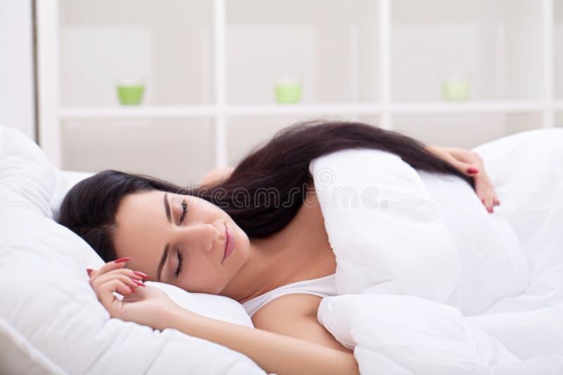Meisjesslaap binnen laat op weekend van lange resti die van de het werkweek wordt vermoeid stock foto