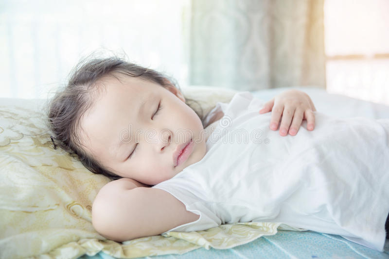 Meisjesslaap op bed in dagtijd royalty-vrije stock foto's