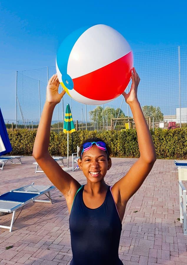 Download Meisjesspelen Met De Bal In De Pool Bij Zonsondergang Stock Foto - Afbeelding bestaande uit hotel, groen: 107705102