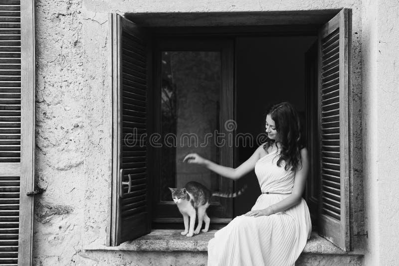 Meisjesspelen met een kat stock foto's