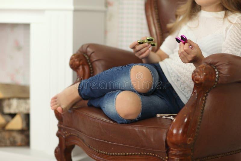 Meisjesspelen met Fidget Spinners in handen, het concept het verlichten van spanning royalty-vrije stock foto