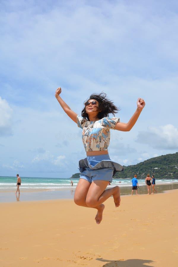 Meisjessprong omhoog op het Strand royalty-vrije stock foto's