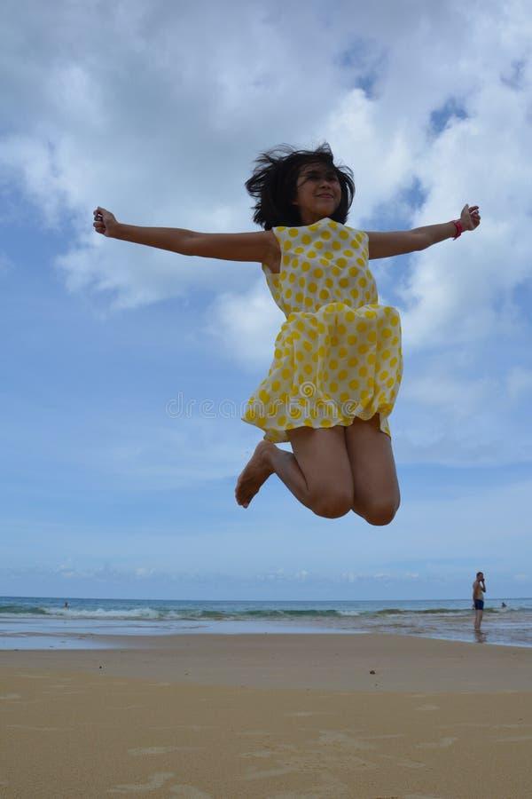 Meisjessprong omhoog op het Strand stock foto