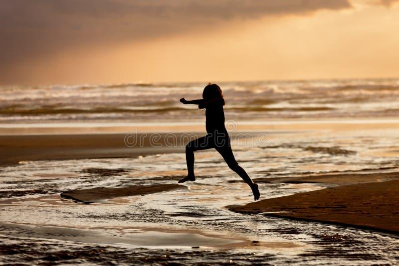 Meisjessprongen in het water stock foto's