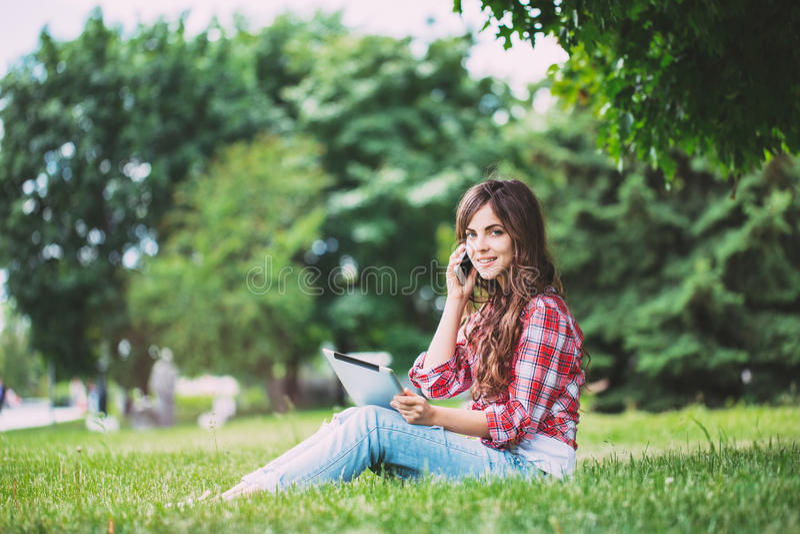 Meisjestiener met gadgets in openlucht royalty-vrije stock afbeelding