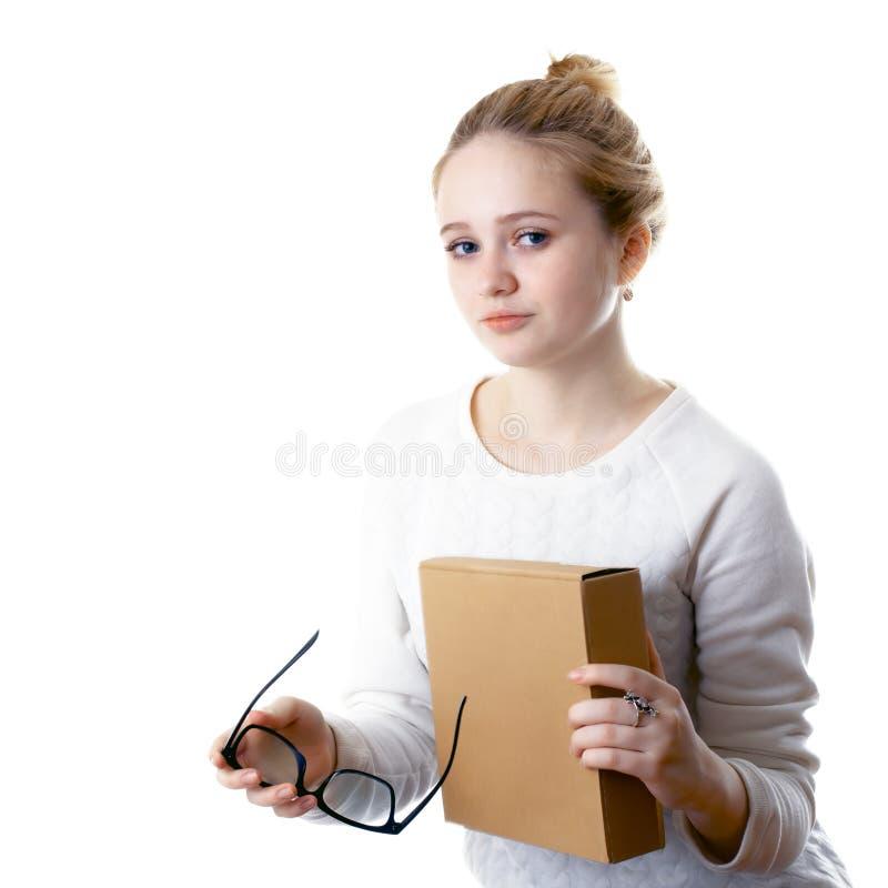 Meisjestiener met glazen en een doos Geïsoleerdj op witte achtergrond stock foto