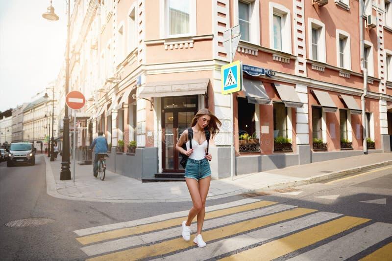 Meisjestoerist op een gang rond de tijd van de stadszomer royalty-vrije stock foto's