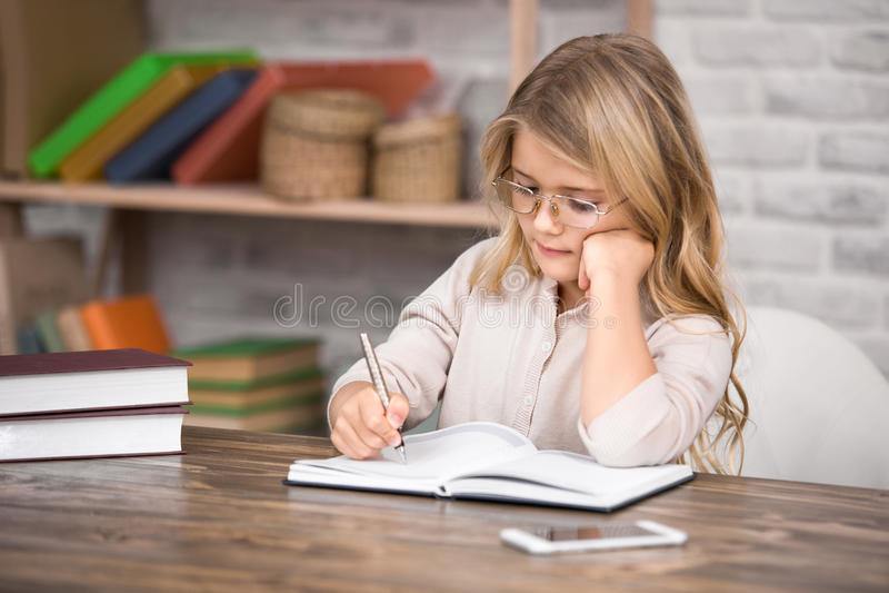 Meisjestudie het Leren het Concept van de Onderwijskennis stock fotografie
