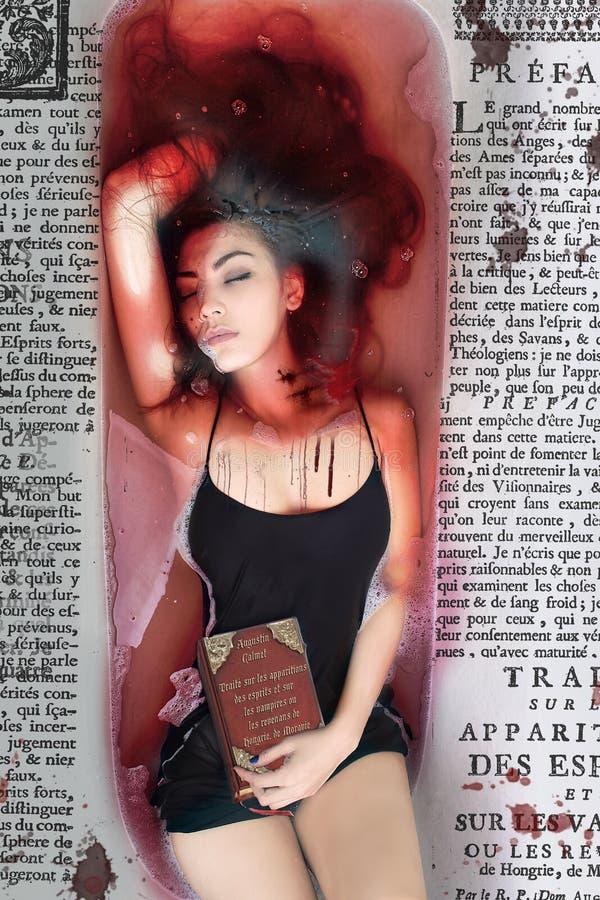 Meisjesvampier, plotseling zwarte kleding en haar lange benen in rood bloed met verdrag royalty-vrije stock fotografie