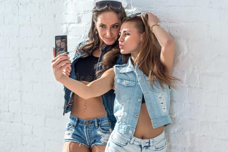 Meisjesvrienden die selfie beeld nemen Mooie twee stock afbeeldingen