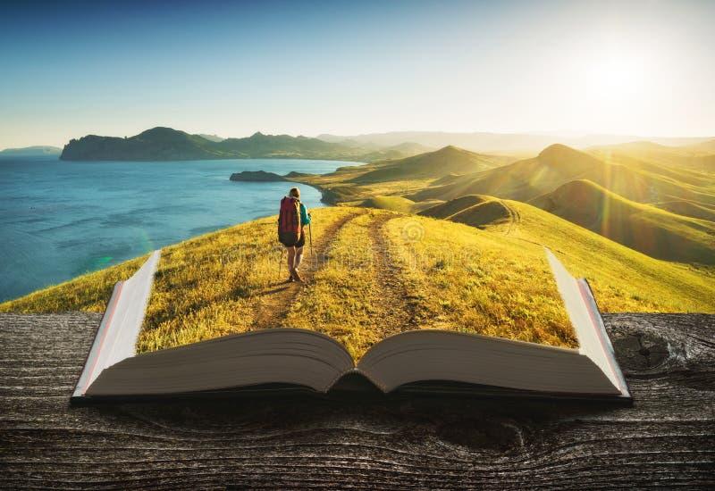 Meisjeswandelaar op de pagina's van boek stock fotografie
