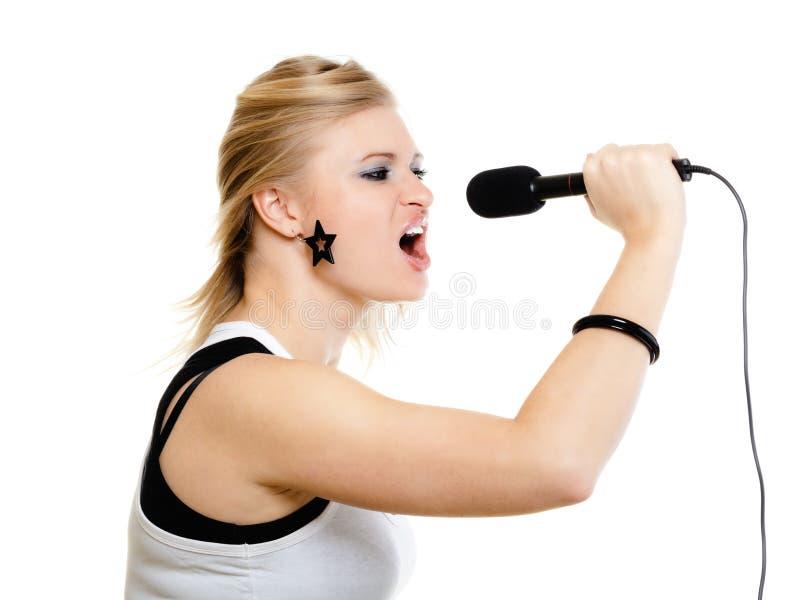Meisjeszanger het zingen aan microfoon op wit wordt geïsoleerd dat royalty-vrije stock fotografie