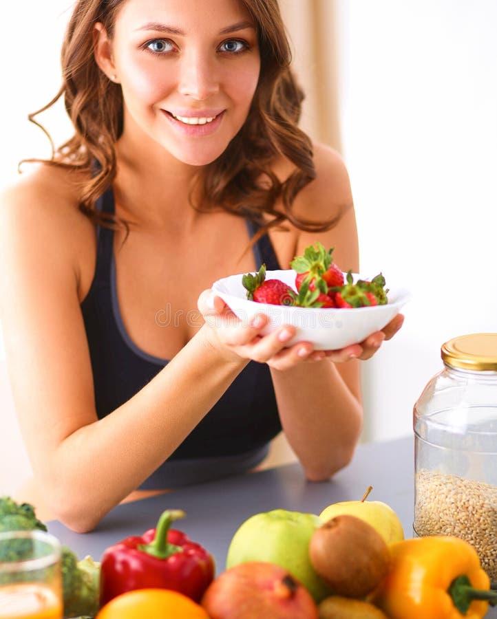 Download Meisjeszitting In De Keuken Op Het Bureau Met Fruit En Glazen Met Sap Stock Foto - Afbeelding bestaande uit wijfje, mooi: 107704434