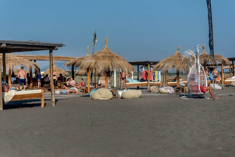 Meisjeszitting in de schommeling op het strand royalty-vrije stock afbeelding