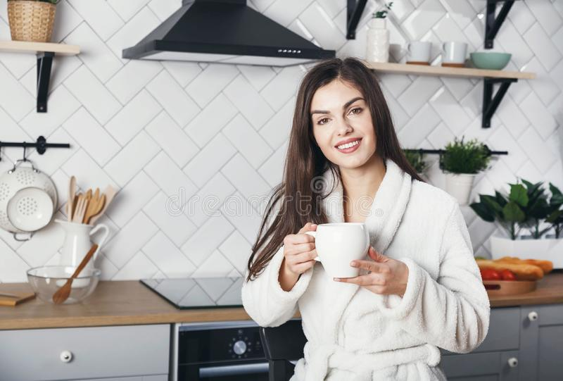 Hete brunette speelt in de keuken