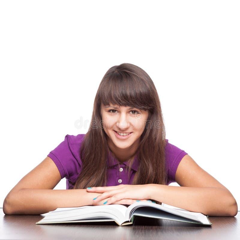 Meisjeszitting met open boek royalty-vrije stock afbeeldingen