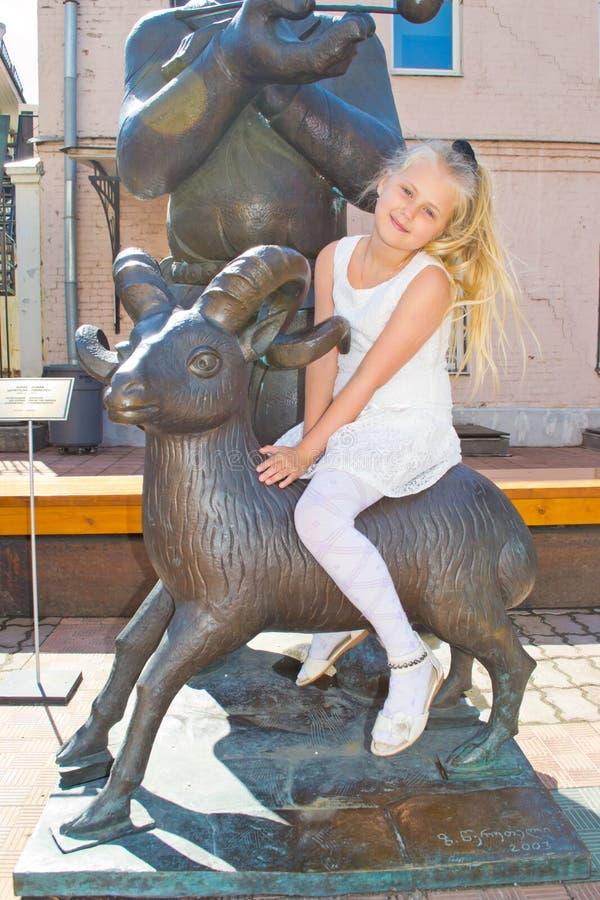 Meisjeszitting op de Schapen royalty-vrije stock foto's